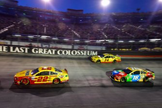 Joey Logano, Team Penske, Ford Mustang Shell Pennzoil, Kyle Busch, Joe Gibbs Racing, Toyota Camry M&M's, Michael McDowell, Front Row Motorsports, Ford Mustang Love's Travel Stops