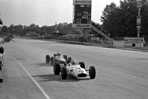 John Surtees, Honda RA300 devant Jack Brabham, Brabham BT24 Repco