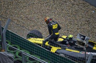 Nico Hulkenberg, Renault F1 Team, esce dalla sua monoposto e si ritira