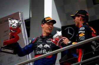 Le troisième, Daniil Kvyat, Toro Rosso, sur le podium avec le vainqueur Max Verstappen, Red Bull Racing