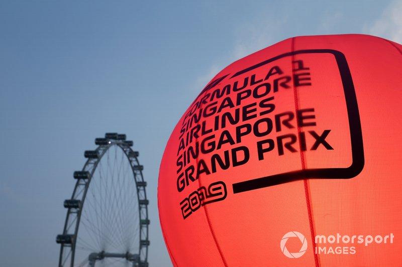 Mongolfiera pubblicitaria accanto alla ruota panoramica di Singapore