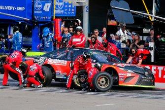 Erik Jones, Joe Gibbs Racing, Toyota Camry CRAFTSMAN Gas Monkey pit stop