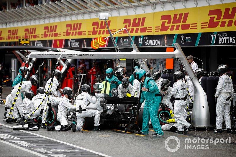 Hamilton tardó pero volvió a poner neumáticos intermedios. Volvió a trompear, pero esta vez no se estrelló. Pidió al equipo abandonar y cayó al último puesto