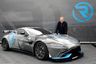 Dr. Andy Palmer, Aston Martin Lagonda President & Group CEO met de Aston Martin Vantage Cup
