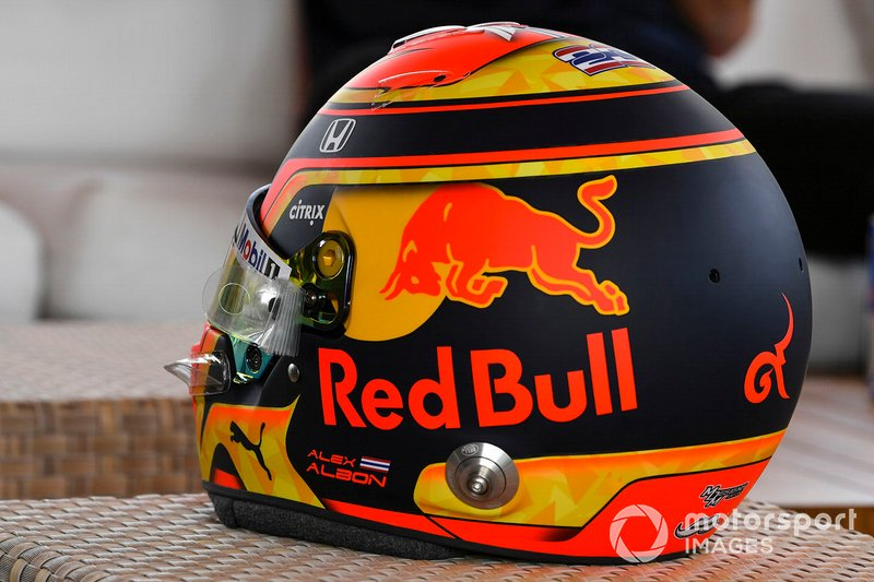 Il casco di Alex Albon, Red Bull Racing Racing