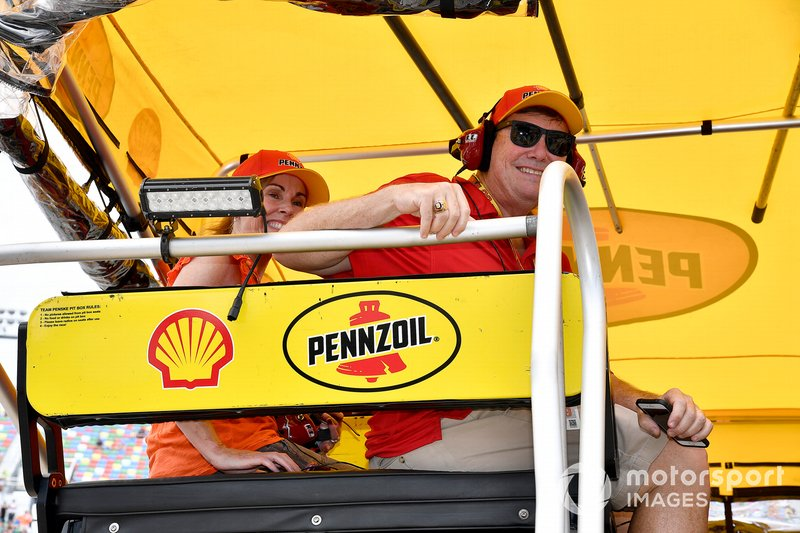 Joey Logano, Team Penske, Ford Mustang Shell Pennzoil shell pit box guests