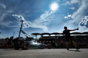 Valtteri Bottas, Mercedes AMG W10, lascia il garage