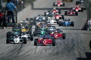 Патрик Тамбэ, Ferrari 126C2B, опережает Кеке Росберга, Williams FW08C Ford, Жака Лаффита, Williams FW08C Ford и Рене Арну, Ferrari 126C2B, на старте гонки