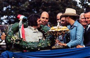 Podio: Emerson Fittipaldi, Lotus celebra su victoria con su esposa Maria Helena