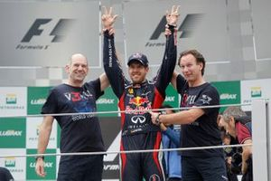 Sebastian Vettel, Red Bull Racing, Christian Horner, Team Principal, Red Bull Racing, Adrian Newey, directeur technique, Red Bull Racing et leur équipe fêtent le titre mondial