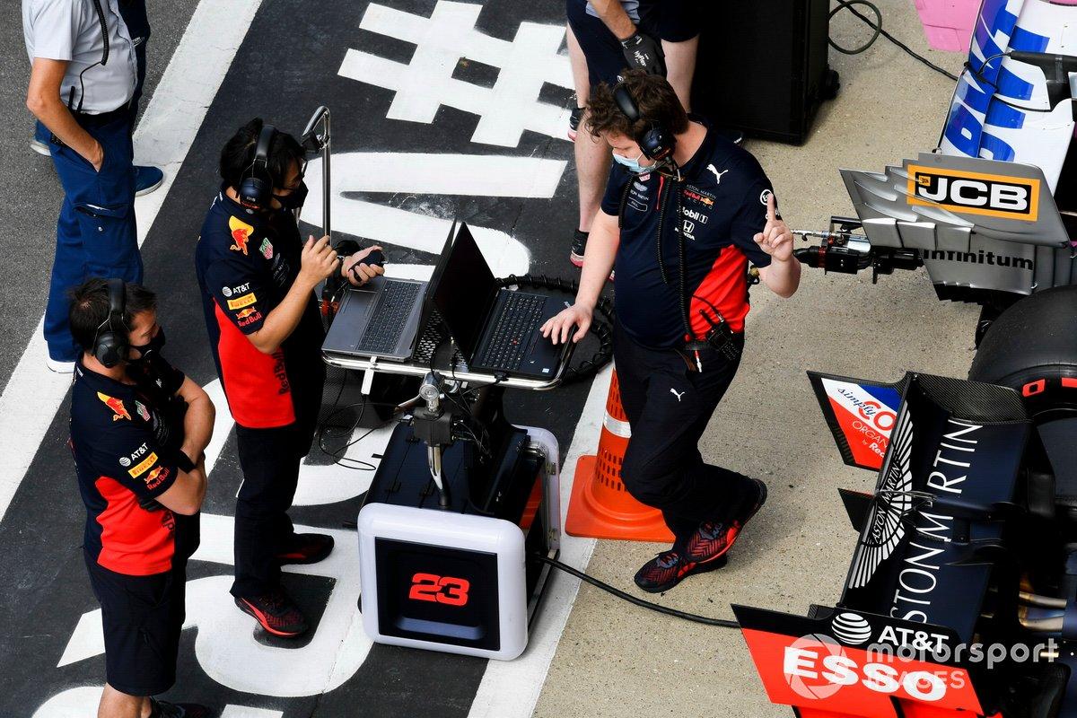 Gli ingegneri e i meccanici Red Bull nel Parc Ferme