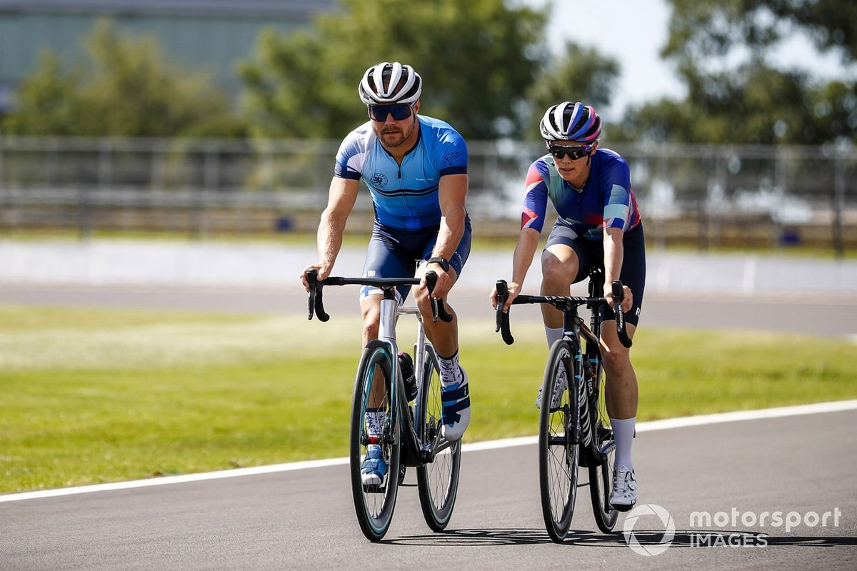 Valtteri Bottas, Mercedes-AMG Petronas F1 y Tiffany Cromwell, en bicicleta
