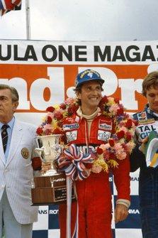 El ganador de la carrera John Watson, McLaren celebra su victoria