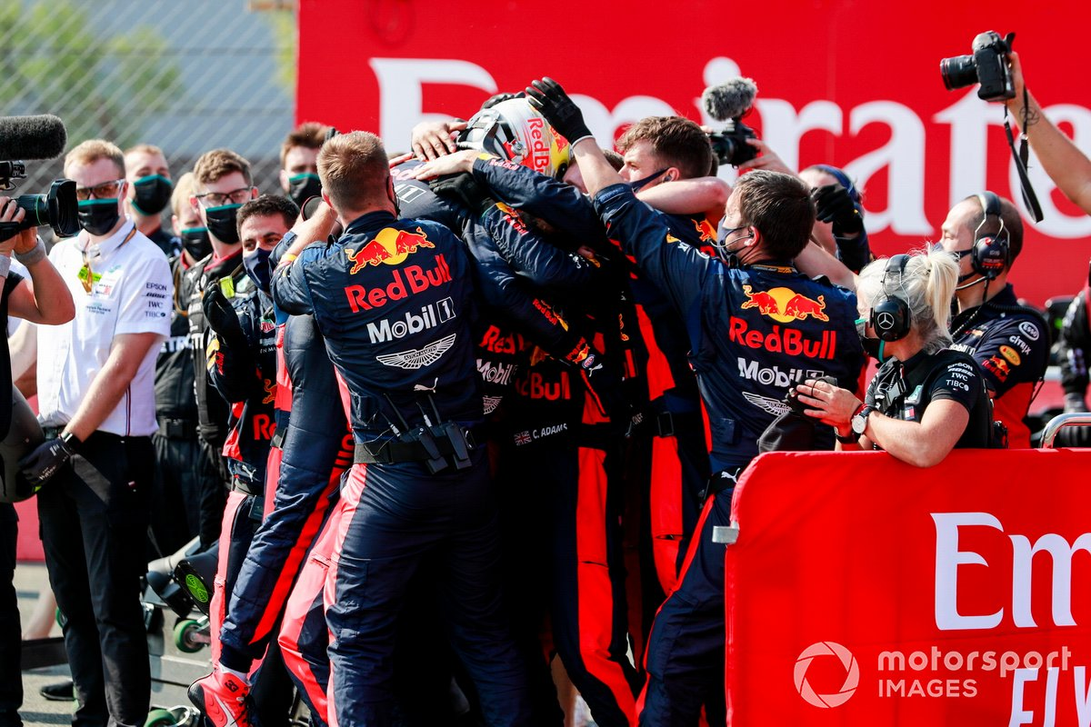 Ganador de la carrera Max Verstappen, Red Bull Racing RB16, celebra en Parc Ferme