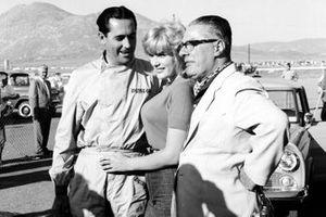 Jack Brabham, Cooper, mit Miss Corvette June Wilkinson und Charles Cooper