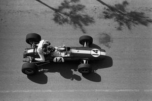 Graham Hill, Lotus 33 BRM gives a lift to Jo Siffert, Cooper