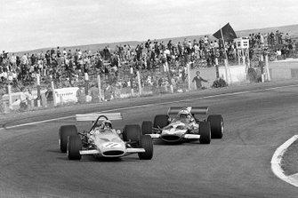 Bruce Mclaren, Mclaren M14A y John Surtees, Mclaren M7C