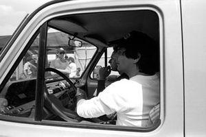 Nelson Piquet, guida il furgone che porta i piloti di F1 a ispezionare la pista fatiscente, durante le prove libere del GP del Belgio del 1985