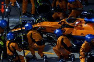 Carlos Sainz Jr., McLaren MCL35, makes a pit stop