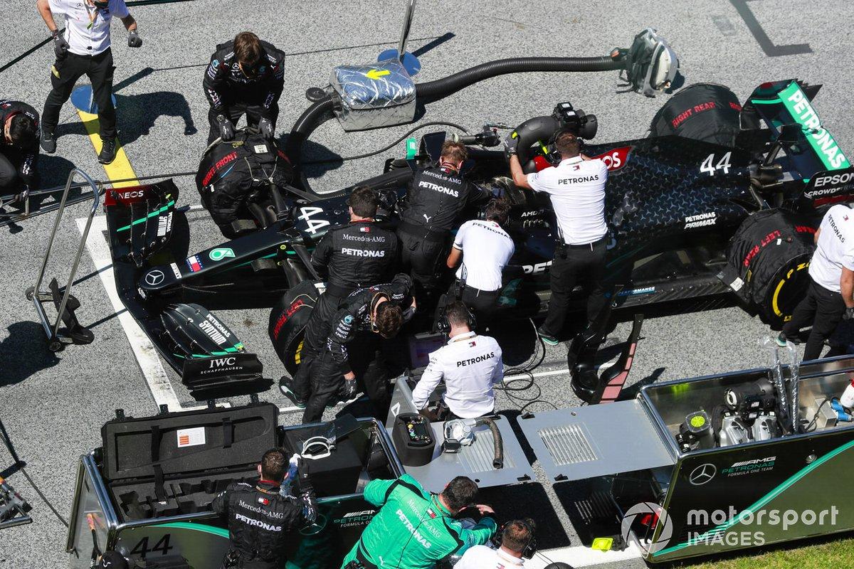 Mecánicos e ingenieros preparan el coche de Lewis Hamilton, Mercedes F1 W11 EQ Performance