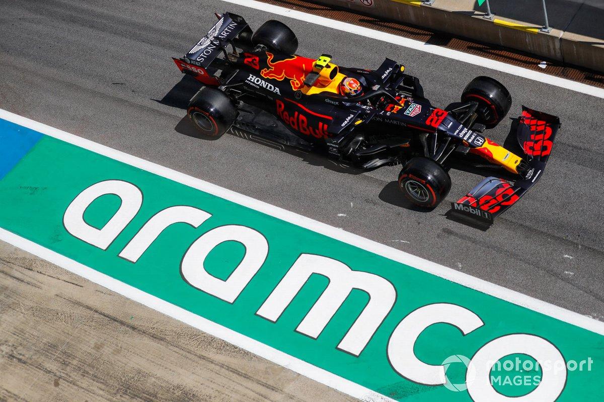 Алекс Элбон за рулем Red Bull RB16