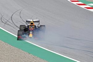 Alex Albon, Red Bull Racing RB16, spins off
