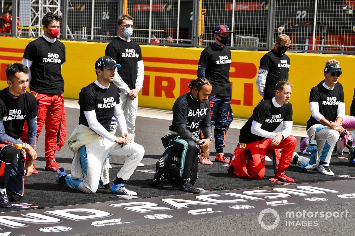 """Los pilotos, incluyendo a Lewis Hamilton, Mercedes-AMG F1, se paran y se arrodillan para apoyar la campaña """"End Racism"""" antes del inicio de la carrera"""