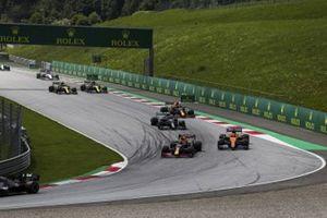 Max Verstappen, Red Bull Racing RB16, voor Carlos Sainz Jr., McLaren MCL35, Valtteri Bottas, Mercedes F1 W11 EQ Performance, Alex Albon, Red Bull Racing RB16, en de rest van het veld