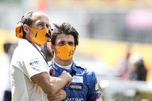 Tom Stallard e Carlos Sainz Jr., McLaren, sulla griglia di partenza