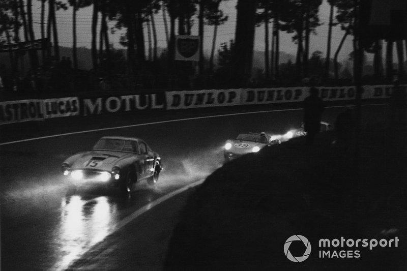 1960 Le Mans 24 Hours - Graham Whitehead, Henry Taylor, Ferrari 250 GTO, leads Edgar Barth, Wolfgang Seidel, Porsche RS60