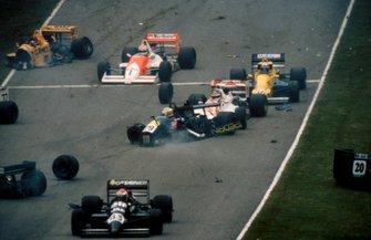 Crash of Claudio Langes, GA Motorsport Lola T88/50 and Aguri Suzuki, Footwork Lola T88/50, Johnny Herbert, EJR Reynard 88D