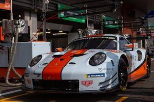 Автомобиль Porsche 911 RSR (№86) команды Gulf Racing UK