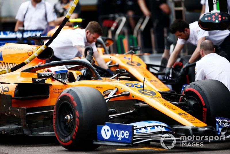 Carlos Sainz Jr., McLaren MCL34, Lando Norris, McLaren MCL34, en pit lane