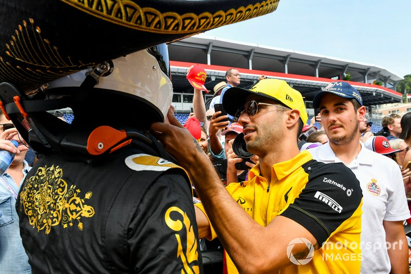 Daniel Ricciardo, Renault F1 Team signs the hemlet of Mario Achi, Mexican GP Promoter