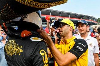 Daniel Ricciardo, Renault F1 Team signe le casque de Mario Achi, promoteur du GP du Mexique