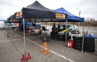 Ford Fiesta Миколи Сушко чекає своєї черги поки інші члени Smart Racing кваліфікуються