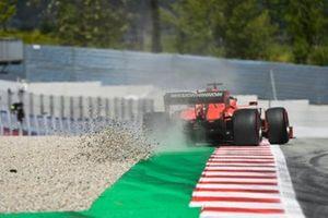 Sebastian Vettel, Ferrari SF90, touche les graviers
