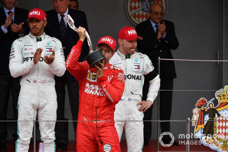 Sebastian Vettel, Ferrari, seconda posizione, bacia il suo trofeo