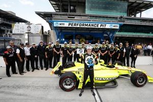 Simon Pagenaud, Team Penske Chevrolet celebrates winning the NTT P1 award and the pole with his team