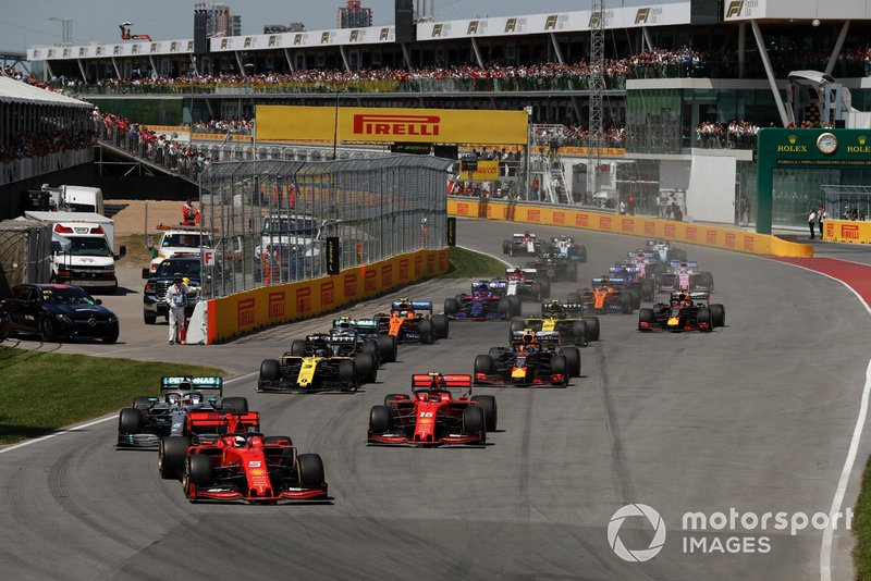 Sebastian Vettel, Ferrari SF90, precede Lewis Hamilton, Mercedes AMG F1 W10, Charles Leclerc, Ferrari SF90, Daniel Ricciardo, Renault R.S.19, Pierre Gasly, Red Bull Racing RB15, e il resto del gruppo, alla partenza