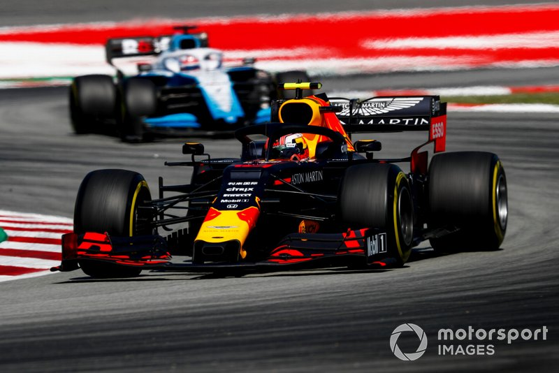 Max Verstappen, Red Bull Racing RB15, precede George Russell, Williams Racing FW42