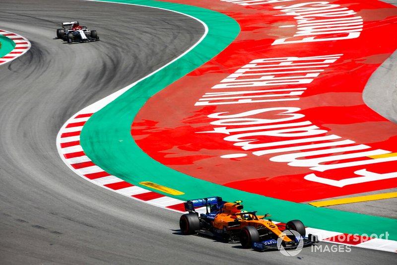 Lando Norris, McLaren MCL34, leads Kimi Raikkonen, Alfa Romeo Racing C38