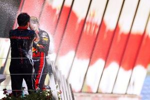Le vainqueur Max Verstappen, Red Bull Racing, et Toyoharu Tanabe, directeur technique F1 de Honda, sur le podium