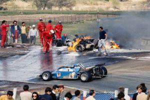 Жан-Пьер Бельтуаз, Matra MS120, проезжает мимо горящих BRM P153 Джеки Оливера и Ferrari 312B Жаки Икса