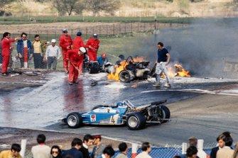 Jean-Pierre Beltoise, Matra MS120 pasa por los restos en llamas del BRM P153 de Jackie Oliver