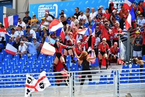 Una squadra di promozione del Gran Premio di Francia tra i fan in tribuna
