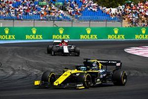 Даниэль Риккардо, Renault Sport F1 Team R.S.19, и Кими Райкконен, Alfa Romeo Racing C38