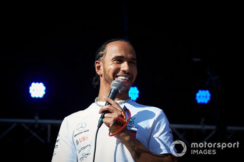 Lewis Hamilton, Mercedes AMG F1 sul palco nella fan zone