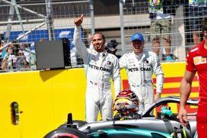 De twee mannen op de eerste startrij, Lewis Hamilton, Mercedes AMG F1, en Valtteri Bottas, Mercedes AMG F1, na de kwalificatie