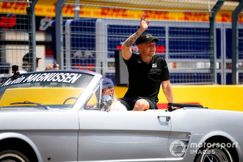 Kevin Magnussen, Haas F1, alla parata dei piloti